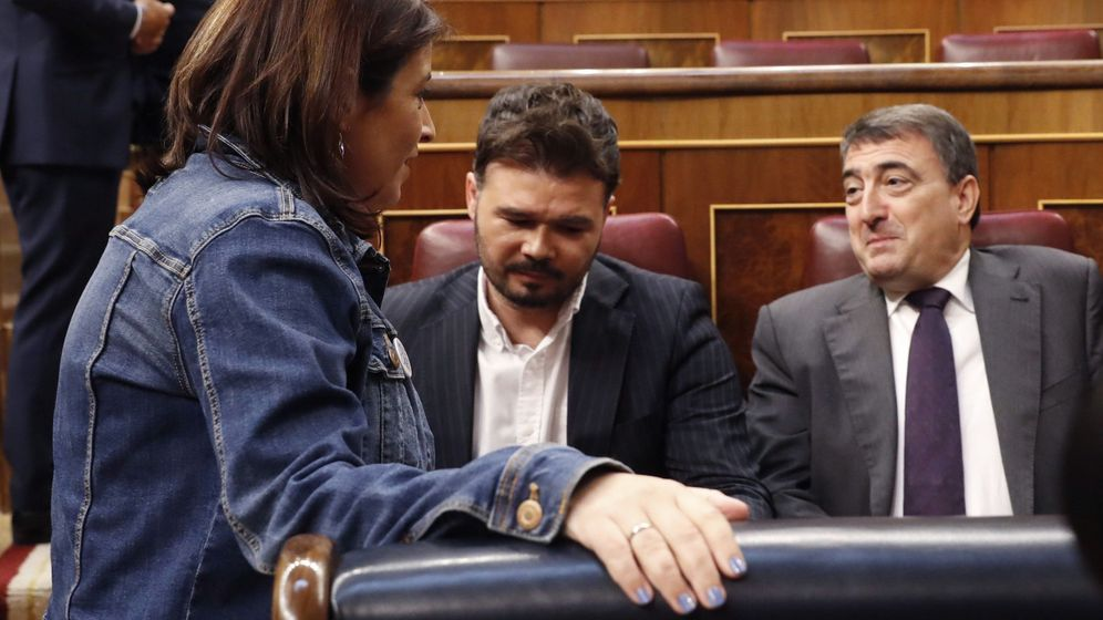 Foto: La portavoz del PSOE, Adriana Lastra, con Gabriel Rufián y Aitor Esteban. EFE