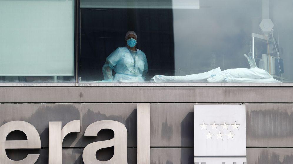 Foto: Una sanitaria mira a través de la ventana de la unidad de cuidados intensivos del Hospital La Paz, en Madrid. (Reuters)