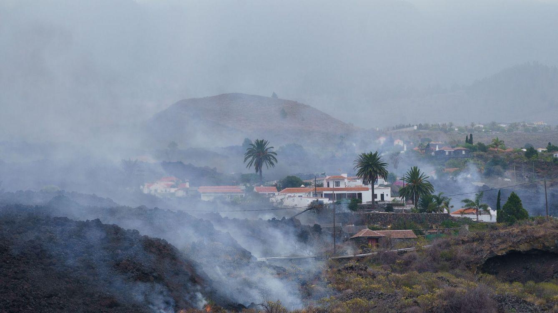 Foto:  Una colada de lava provocada por la erupción que comenzó el 19 de septiembre en La Palma se desplaza por el bario de Todoque. (EFE)