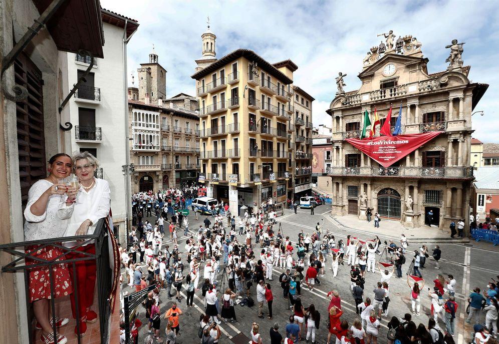 Foto: Inicio de los 'no Sanfermines' este lunes en la plaza consistorial de Pamplona. (EFE)