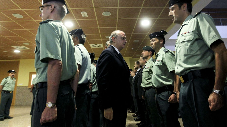 Foto: El ministro del Interior, Jorge Fernández Díaz (c), visita la Comandancia de la Guardia Civil en el barrio de Intxaurrondo. (EFE)