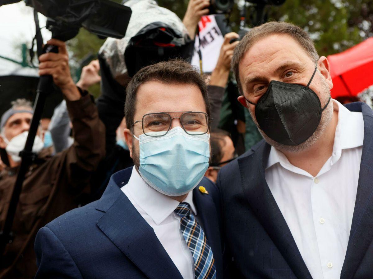 Foto: Pere Aragonès y Oriol Junqueras, tras la salida de este de la cárcel. (EFE)
