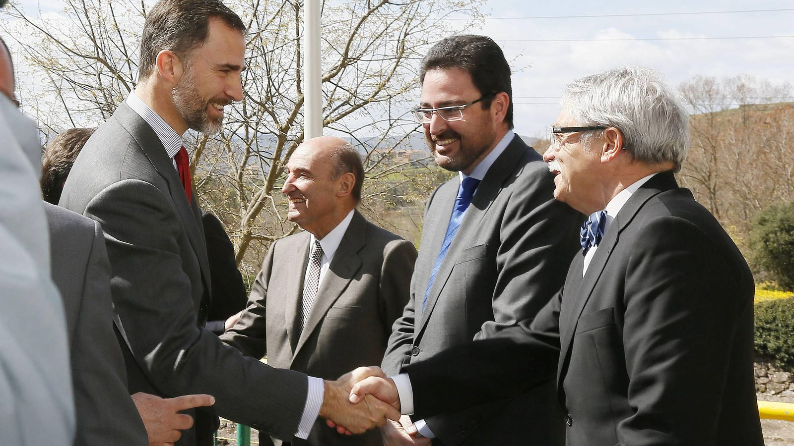 Foto: Felipe VI, con el presidente del comité de auditoría de Endesa, Miquel Roca (2i), y el entonces presidente del Consejo Asesor de Endesa en Cataluña, David Madí (2d). (EFE)