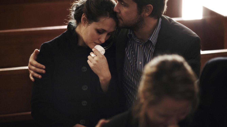 Foto: Siempre viene bien llorar sobre un hombro amigo, aunque sea el de un actor. (iStock)