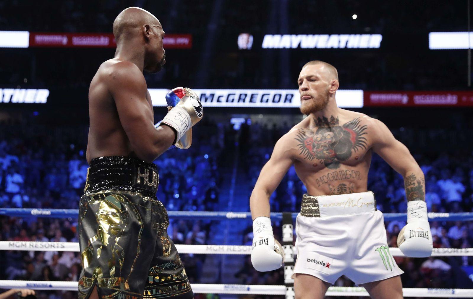 Foto: Floyd Mayweather y Conor McGregor, durante la pelea. (Reuters