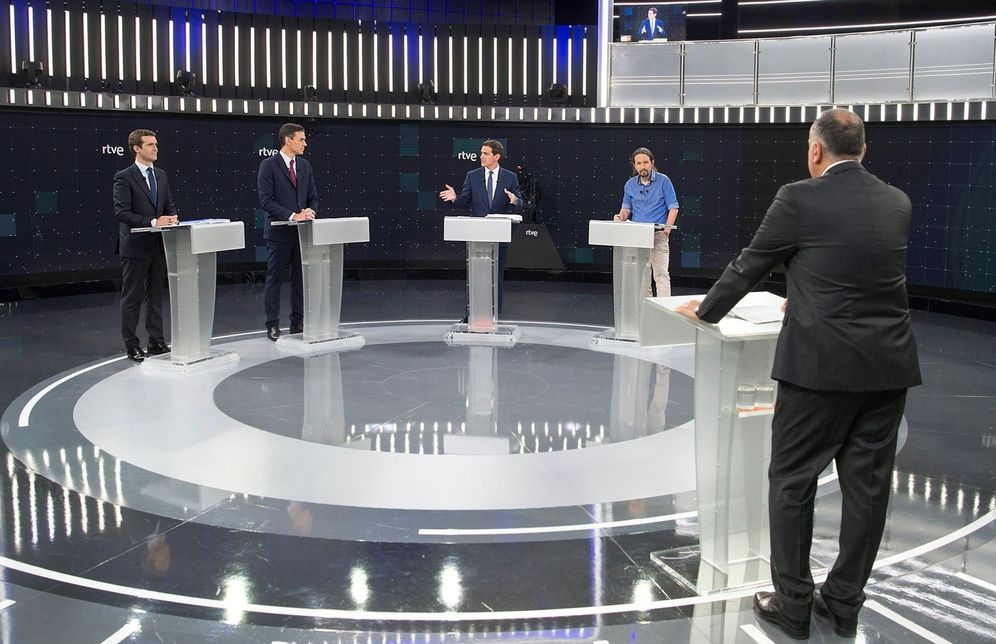 Foto: Pablo Casado, Pedro Sánchez, Albert Rivera y Pablo Iglesias, con el periodista Xabier Fortes, este 22 de abril en RTVE. (EFE)