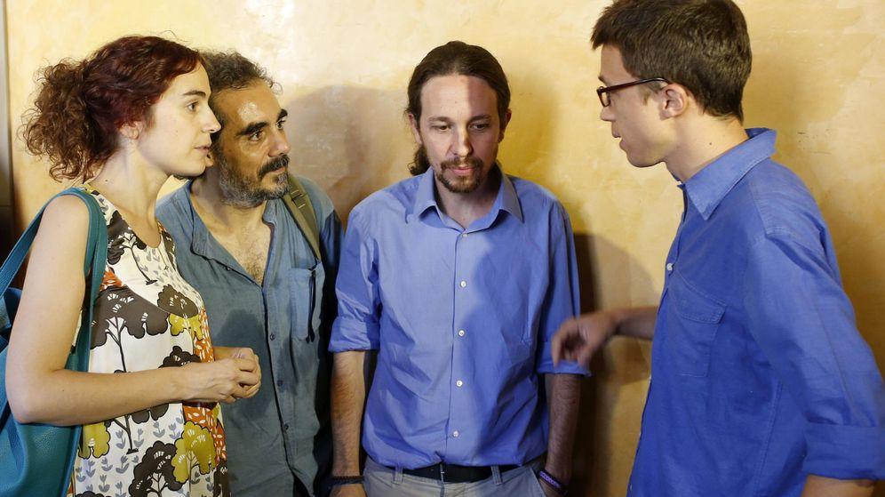 Foto: El secretario general de Podemos, Pablo Iglesias, junto a Raimundo Viejo, Iñigo Errejón y Gemma Ubasart durante un acto en Barcelona, el pasado mes de julio. (EFE)