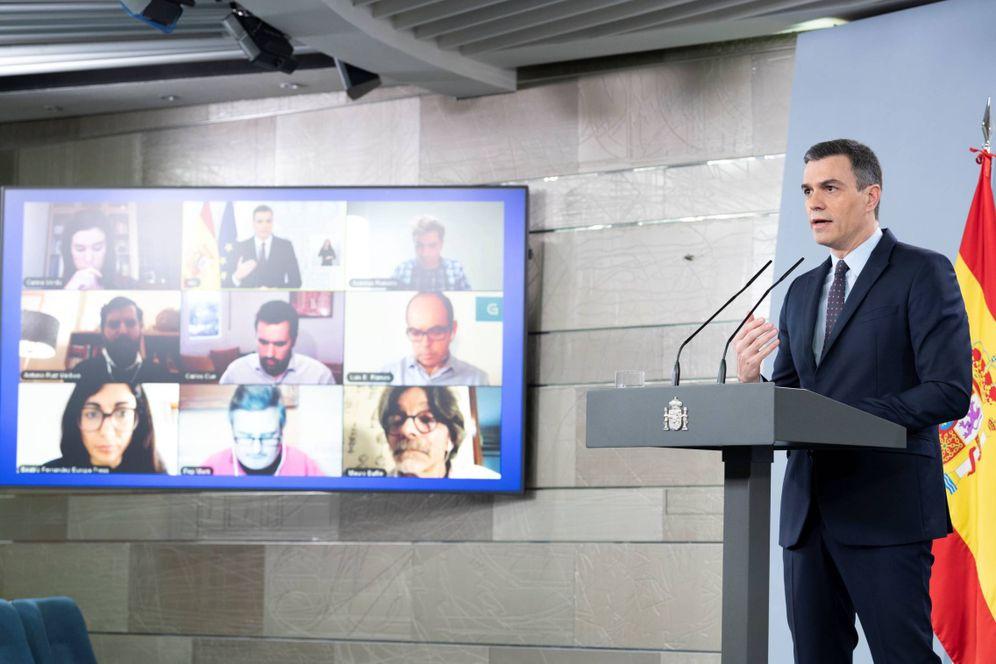 Foto: Pedro Sánchez, durante su rueda de prensa telemática en la Moncloa este 18 de abril. (Borja Puig | Pool Moncloa)