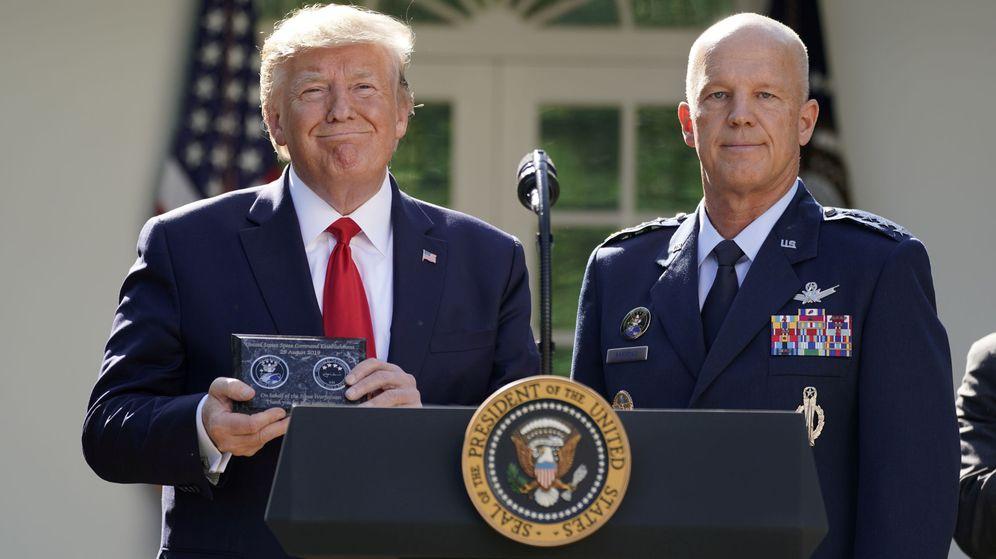Foto: Trump, junto a Jay Raymond, durante la presentación del Comando Espacial en la Casa Blanca. (Reuters)