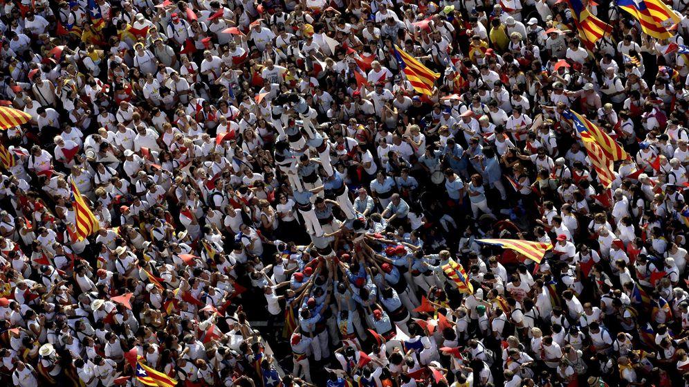 Foto: Manifestación de la Diada, ayer, en la Avenida Meridiana de Barcelona. (EFE)
