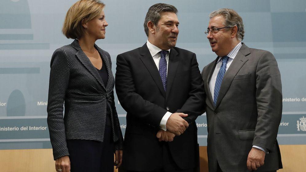 Foto: María Dolores de Cospedal, el nuevo director de la Guardia Civil, José Manuel Holgado Merino, y Juan Ignacio Zoido. (EFE)