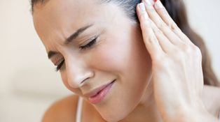 ¿Es normal que me duelan los oídos cuando viajo en avión?
