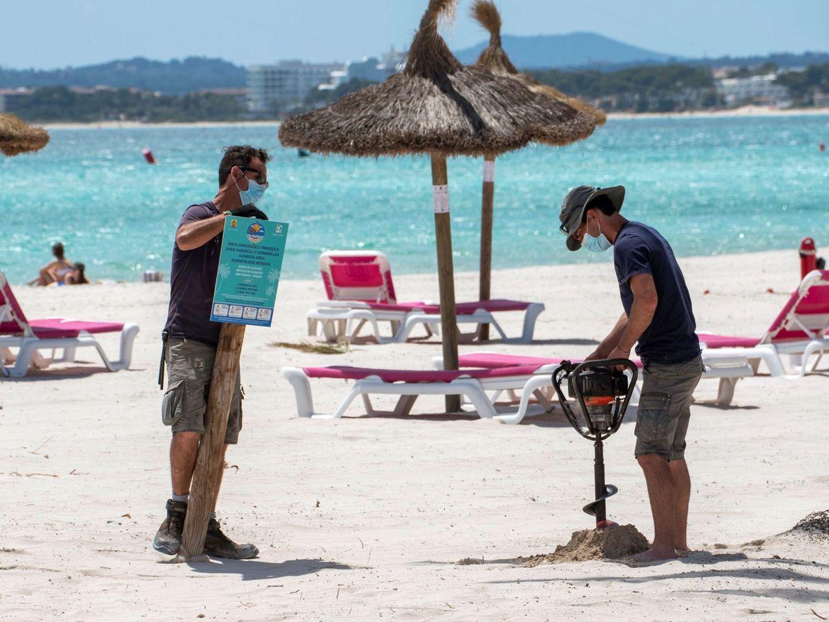 Foto: Puesta a punto de las playas en Mallorca para recibir turistas. (EFE)