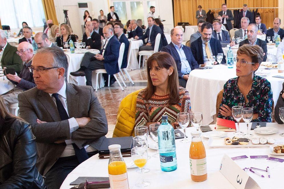 Foto: Maite Esporrín, en el centro, junto al alcalde Enrique Maya y la presidenta de Navarra, María Chivite. (EFE)
