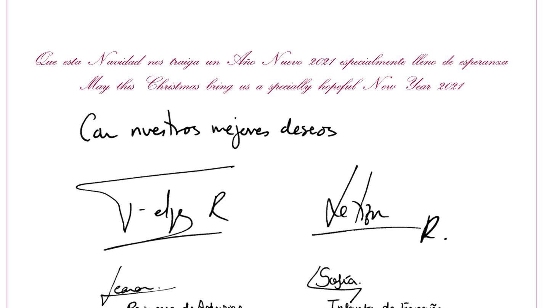 Las firmas de los Reyes y sus hijas en la tarjeta de felicitación navideña. (© Casa de S.M. el Rey)