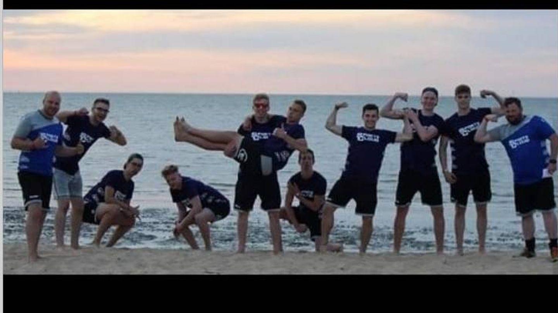 Pablo Urdangarin, con sus amigos en la playa en una foto de un perfil abierto. (Instagram)