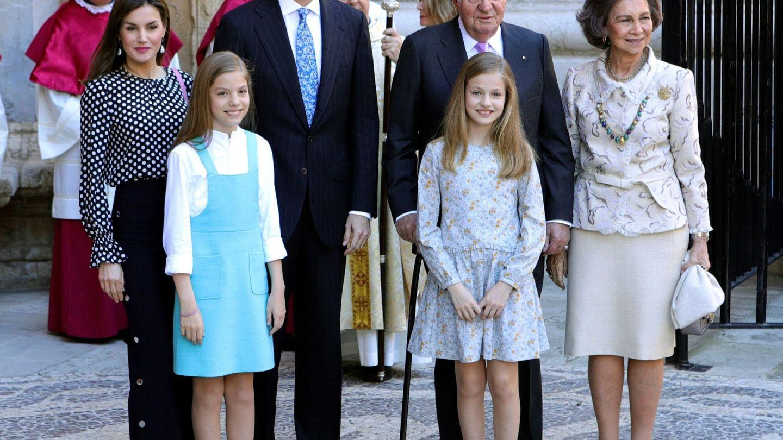 Los reyes Felipe y Letizia, sus hijas y los eméritos, en la catedral de Palma. (EFE)