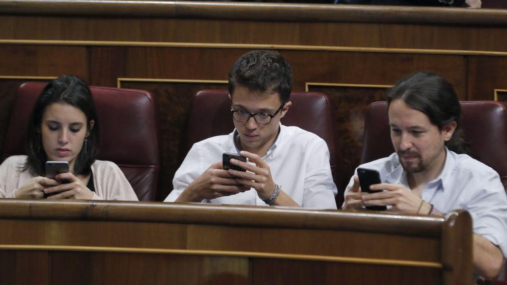 Foto: El líder de Podemos, Pablo Iglesias (d), el diputado Íñigo Errejón (c) y la portavoz parlamentaria, Irene Montero (i). (EFE)