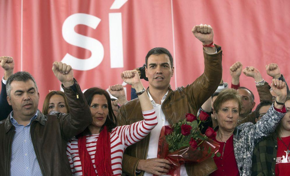 Foto: Pedro Sánchez, con Luz Martínez Seijo y Santos Cerdán, a su derecha, este 26 de marzo en Burjassot, Valencia. (EFE)