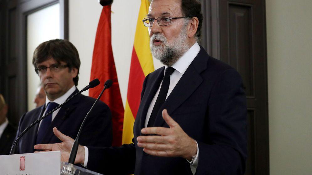 Foto: El presidente del Gobierno, Mariano Rajoy, junto a Carles Puigdemont. (EFE)