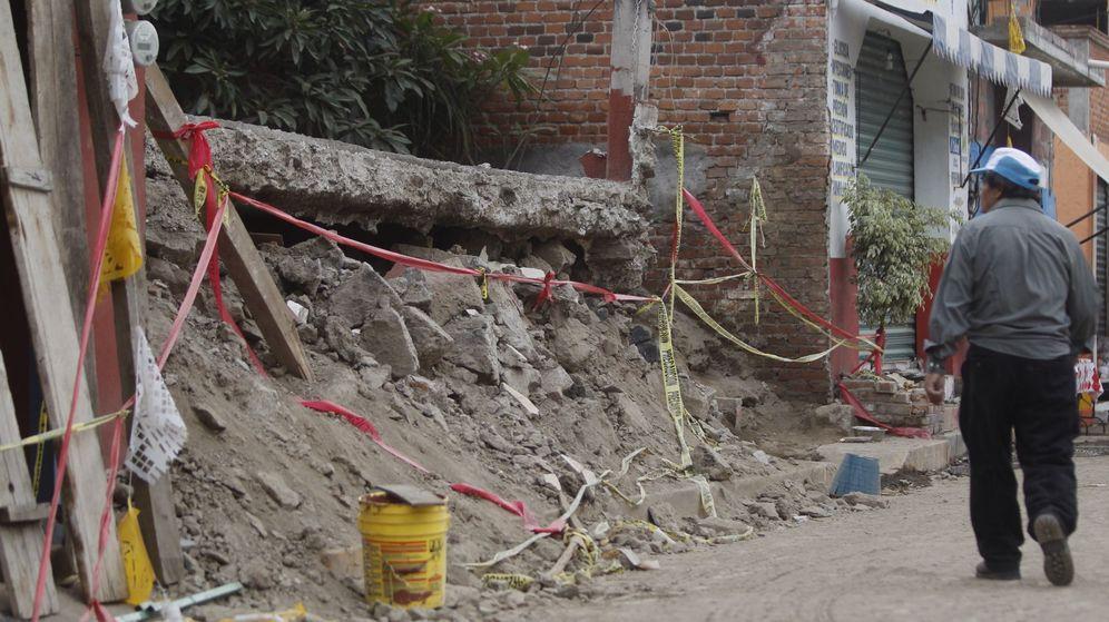 Foto: Un hombre observa los escombros dejados por el terremoto. (EFE)