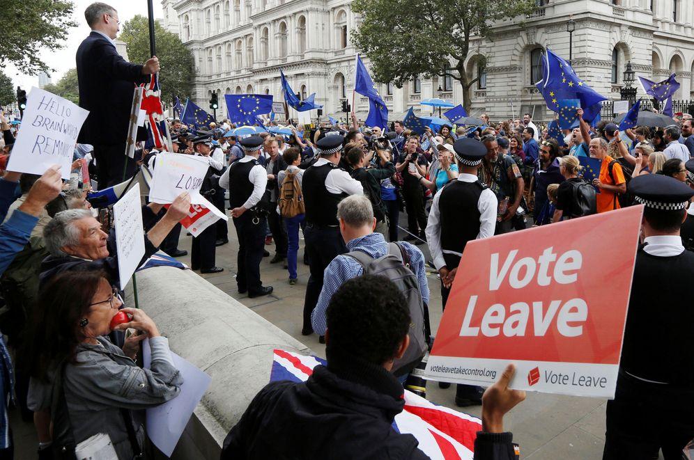 Foto: Partidarios del 'leave' forman una contramanifestación a la desplegada por los proeuropeos británicos, el pasado 3 de septiembre en Londres. (Reuters)