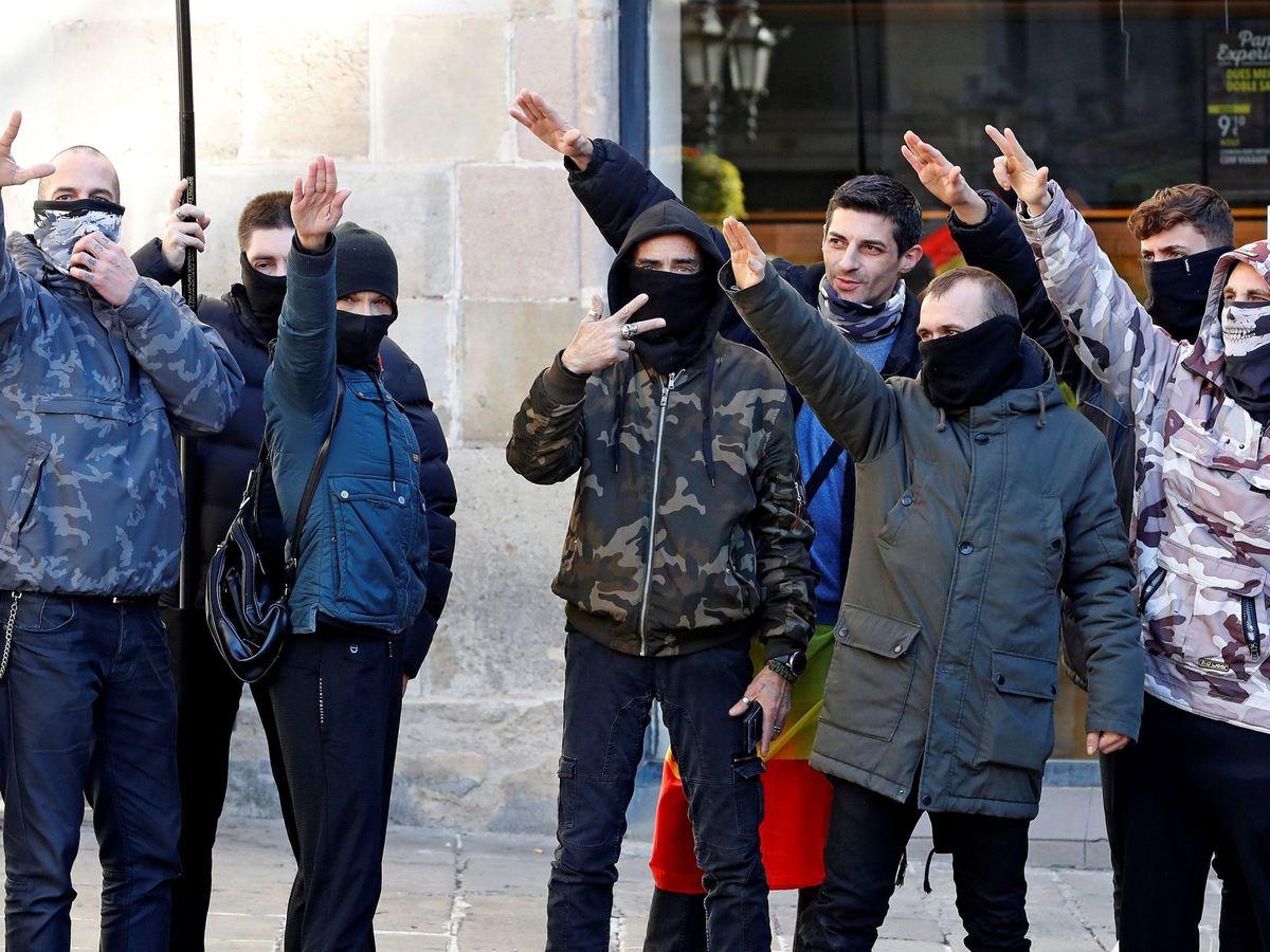 Foto: Varios asistentes al acto del líder de Vox, Santiago Abascal, en Barcelona, realizan saludos fascistas. (EFE)