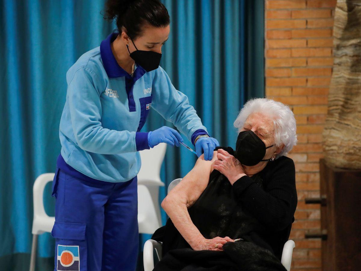 Foto: Una mujer recibe la vacuna de Pfizer. (Reuters)