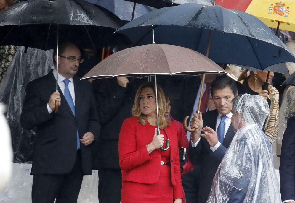 Foto: Javier Fernández conversa con el presidente cántabro, Miguel Ángel Revilla, junto a Susana Díaz y Javier Lambán, el pasado miércoles en el desfile militar por el 12-O. (EFE)