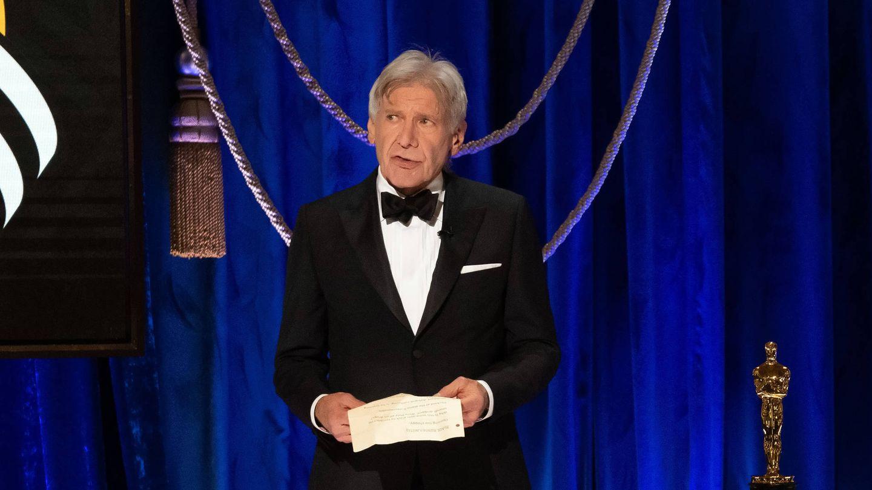 Harrison Ford, antes de entregar la estatuilla dorada. (Getty)