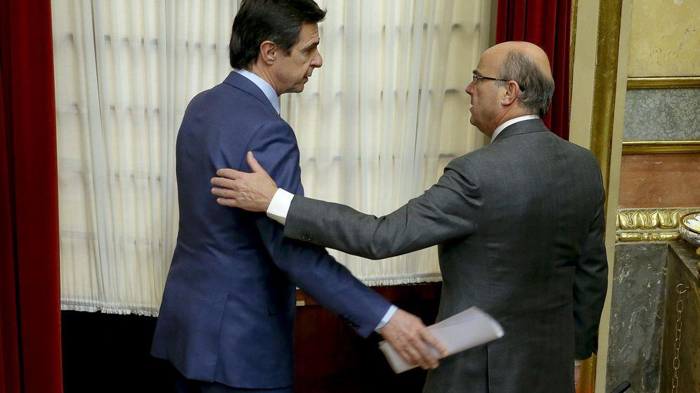 Foto: José Manuel Soria y Luis de Guindos, en el Congreso en 2015. (EFE)