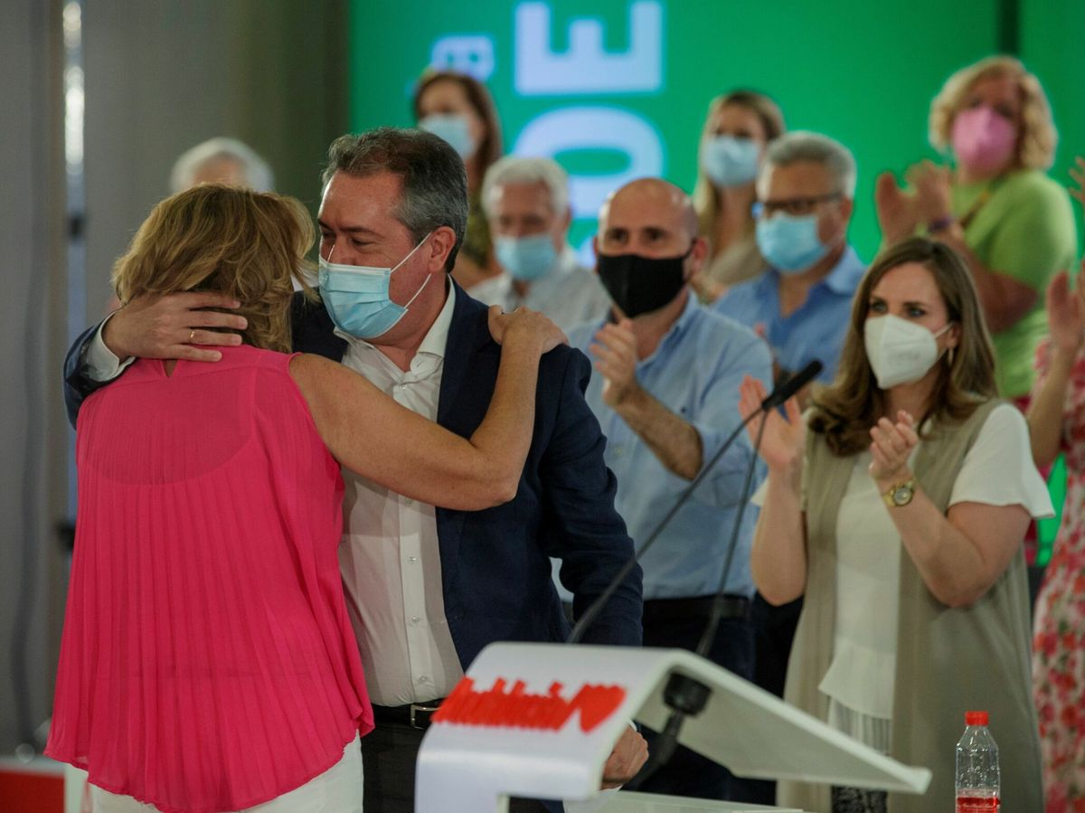 Foto: La actual secretaria general del PSOE de Andalucía, Susana Díaz, y el candidato al cargo y alcalde de Sevilla, Juan Espadas, se abrazan tras la despedida de Díaz. (EFE)