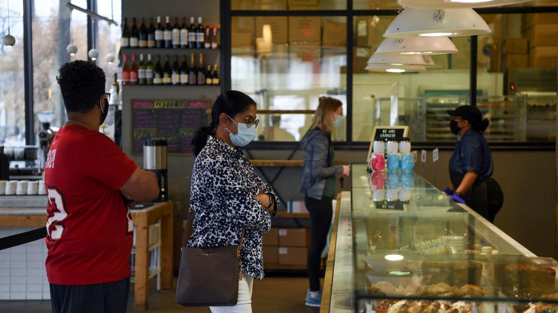 Una panadería en Texas, estado que acaba de levantar las restricciones y quitar la obligación de llevar mascarilla. (Reuters)