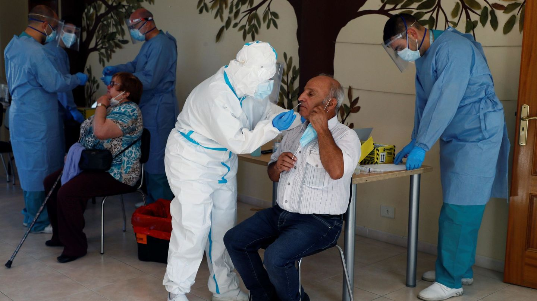 Sanitarios realizan pruebas PCR a los vecinos de O Incio (Lugo). (EFE)