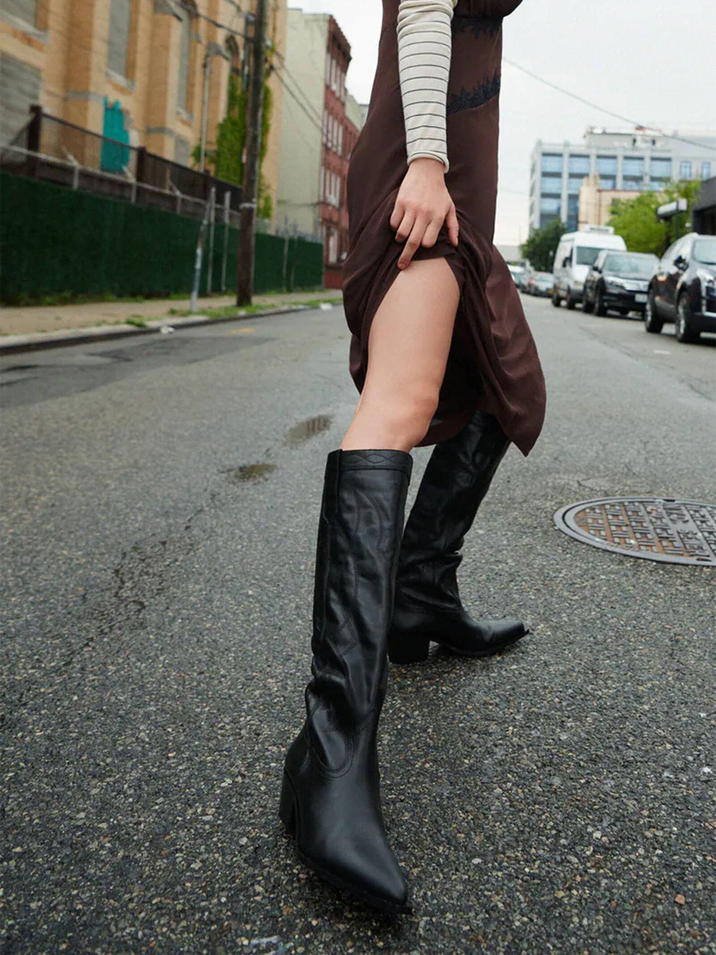 Botas camperas negras de Zara, una de las tendencias de la temporada. (Cortesía)