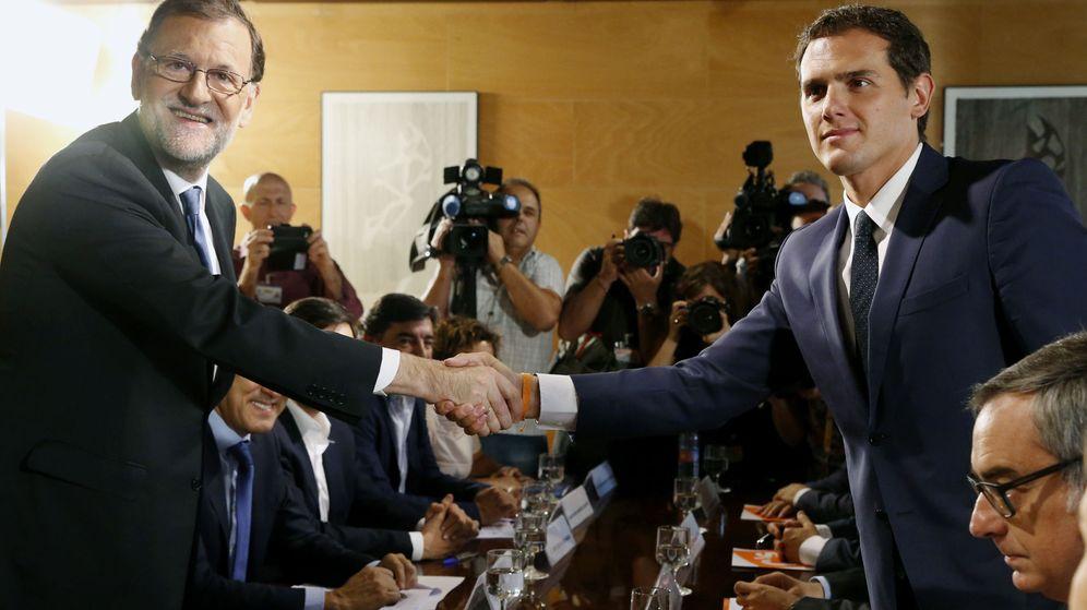 Foto: Rajoy y Rivera se estrechan la mano durante una reunión. (EFE)
