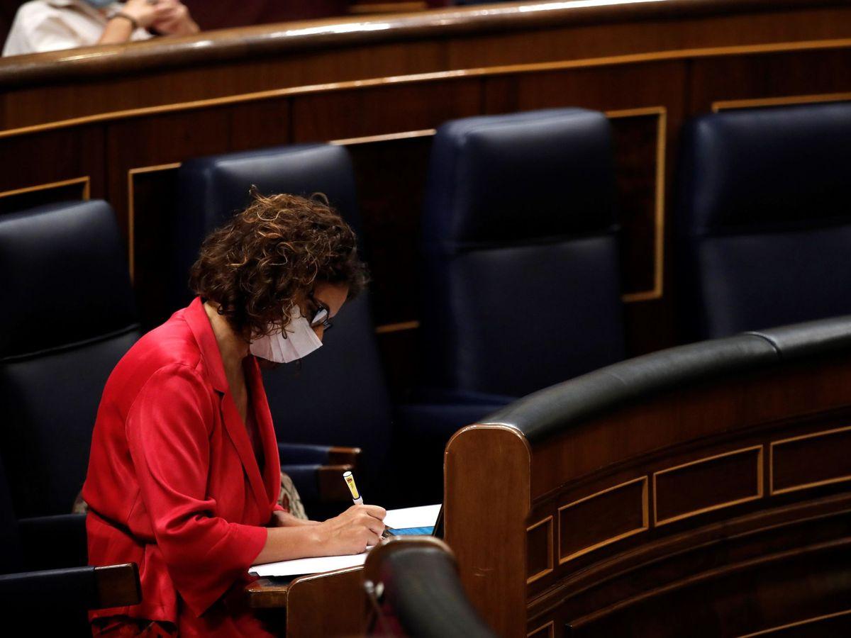 Foto: La ministra de Hacienda y portavoz del Gobierno, María Jesús Montero, durante el pleno del Congreso en que se tumbó el decreto de superávit. (EFE)