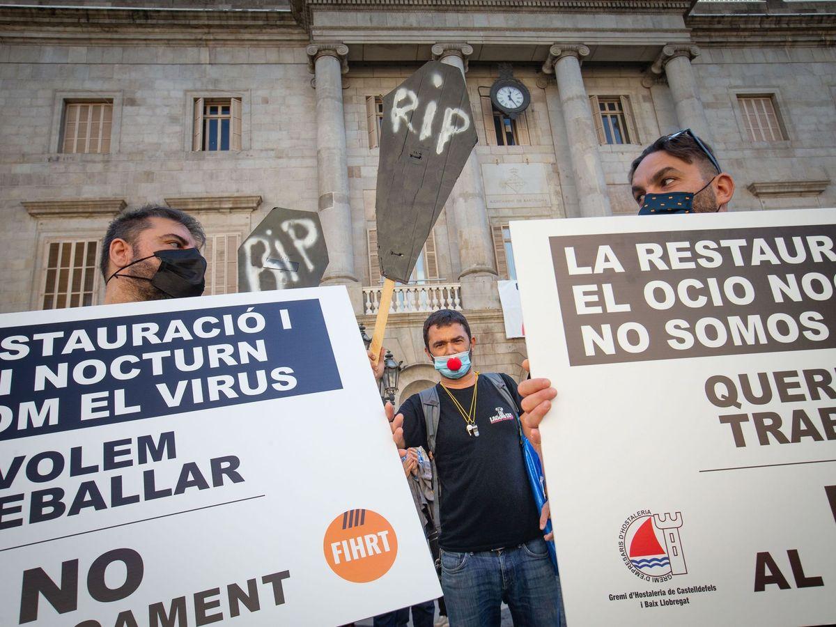 Foto: Protesta de hosteleros y restauradores contra las restricciones en Cataluña. (EFE)