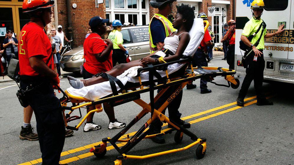 Foto: Una mujer es llevada en camilla tras resultar herida. (Reuters)