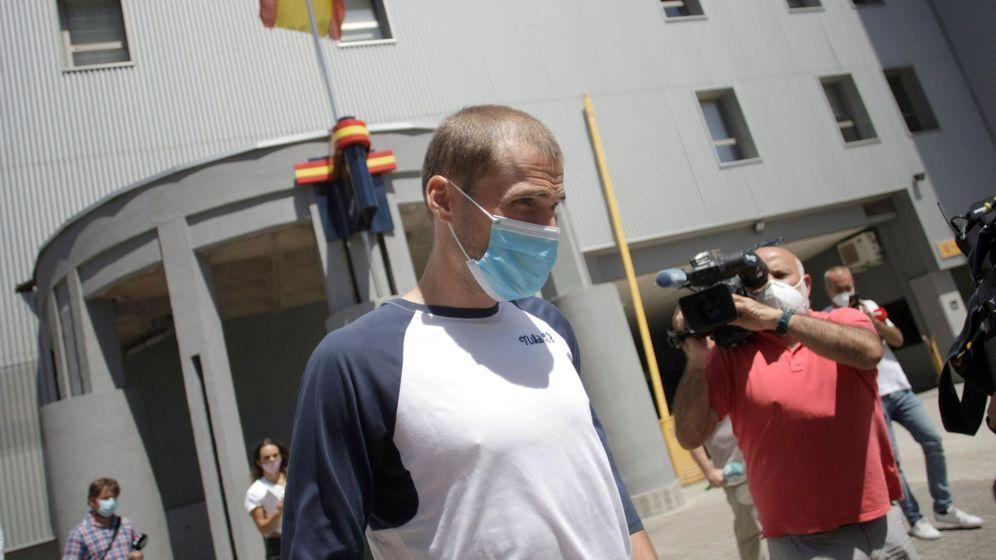 Foto: El capitán del Deportivo, a la salida de comisaria. (EFE)