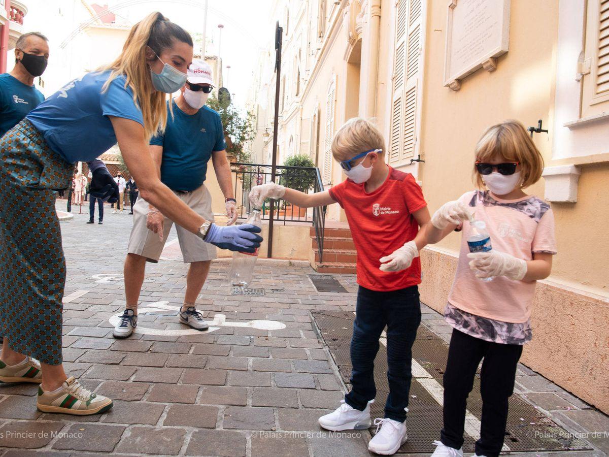 Foto: Jacques y Gabriella, junto al príncipe Alberto en la jornada de limpieza. (Eric Mathon / Palais Princier)