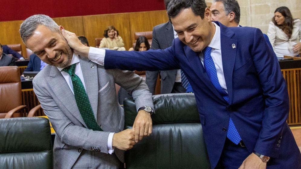 Foto: Juanma Moreno y Juan Bravo, en el Parlamento de Andalucía. (EFE)