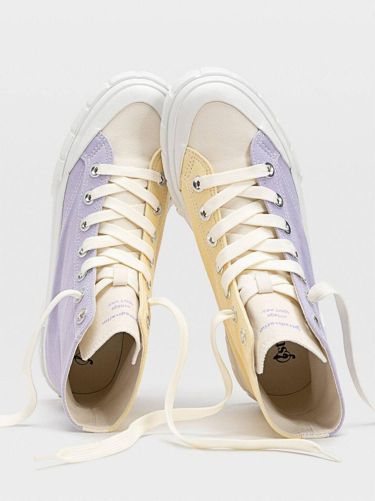 Zapatillas deportivas rejuvenecedoras de Stradivarius. (Cortesía)