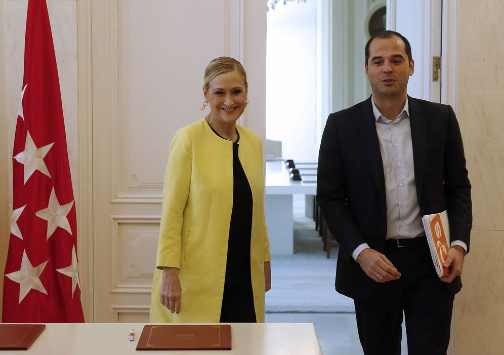 Foto: Cristina Cifuentes e Ignacio Aguado, el 20 de febrero de 2017, cuando firmaron su acuerdo presupuestario. (EFE)