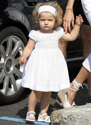 La Infanta Leonor va al 'cole' acompañada de sus padres y sin fotógrafos