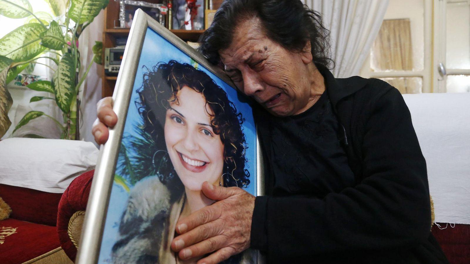 Foto: Laila, la madre de Rola Yacoub, abraza el retrato de su hija, apaleada hasta la muerte por su marido delante de sus hijos en Beirut, en 2013 (Reuters)