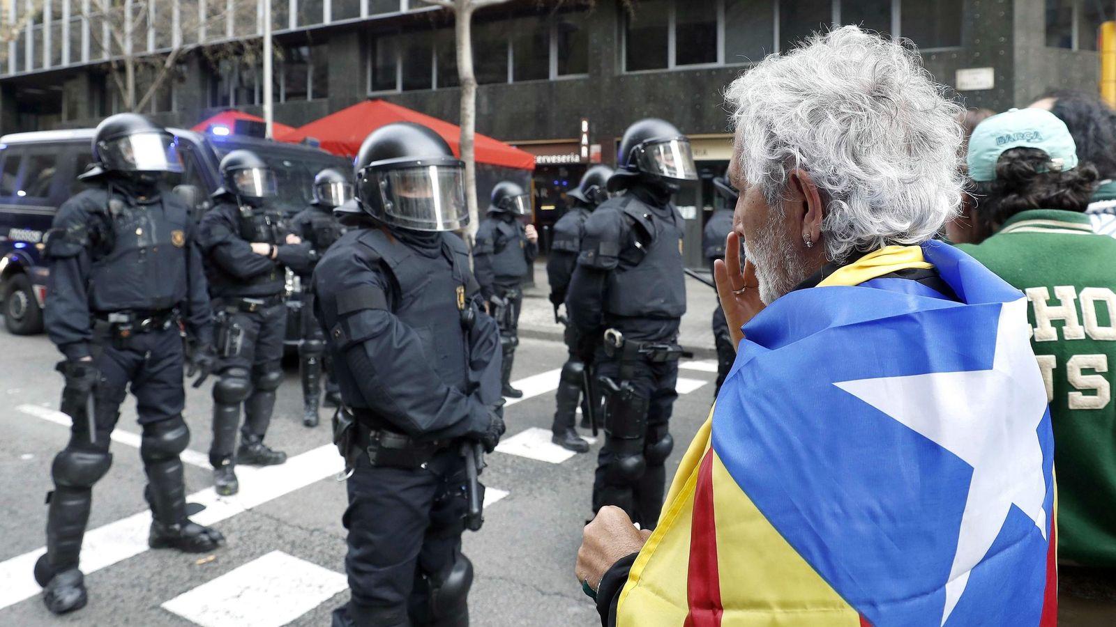 Foto: Mossos d´Esquadra impiden el paso de manifestantes a la Delegación del Gobierno en Barcelona en una protesta convocada por los CDR (EFE)