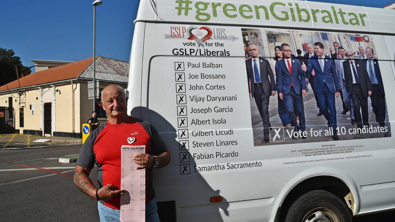 Un simpatizante del partido de Picardo, delante de una furgoneta electoral. (Toñi Guerrero)