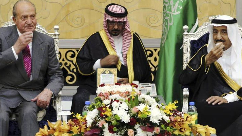 Don Juan Carlos, con un pañuelo en la mano, al dar el pésame por la muerte del rey Abdalá, en enero de 2015. (EFE)
