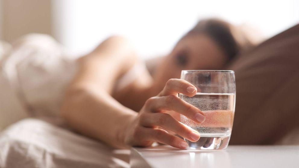 El agua de la mesita de noche, ¿es bueno beberla por la mañana o debes tirarla?